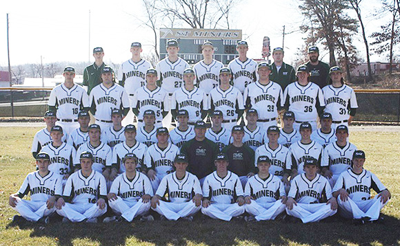 Murphy poses with the 2015 Missouri S&T baseball team and coaching staff.
